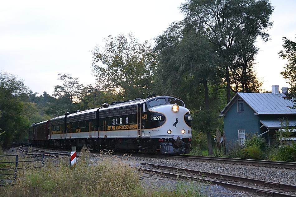 NS train 956 is led by NS F-9A #4271, F-7B #4276 and F-9A #4270 east by Linden, Virginia on 9/22/2017.