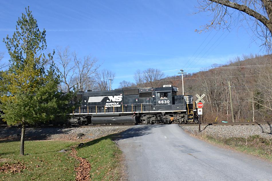 NS SD60 #6630 leads train 35Q east through Linden, Virginia on 11/26/2017.