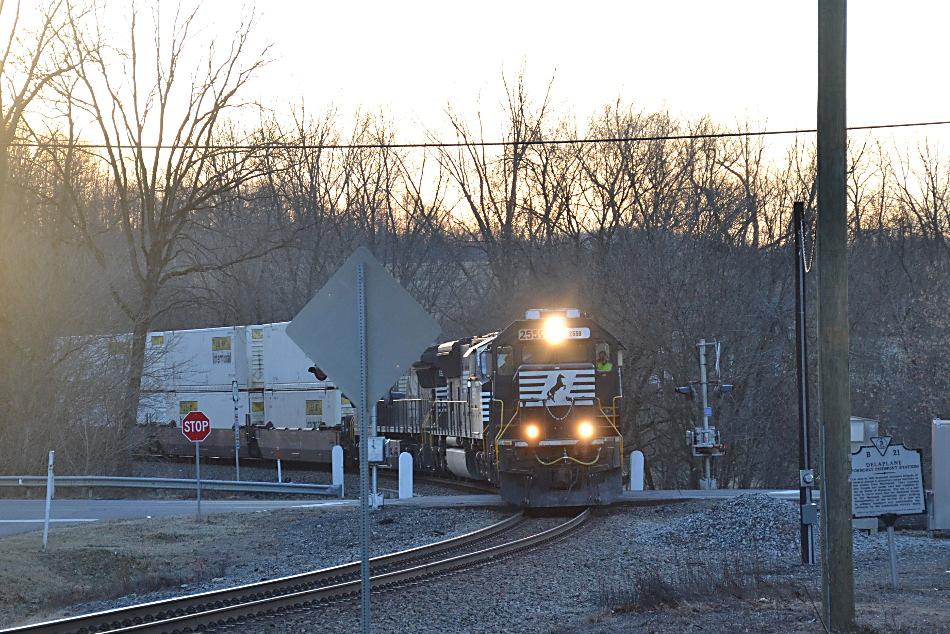 NS SD70 #2559 leads train 203 east through Delaplane, Virginia on 12/29/2017.