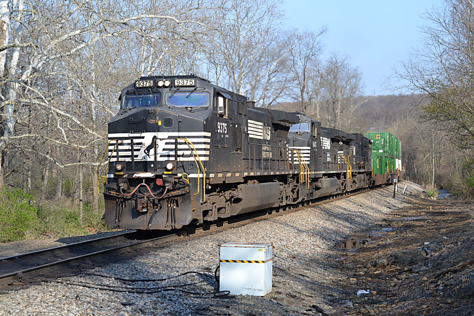 NS D9-44CW #9375 leads NS train 214 west through Linden, VA on 4/18/2018.