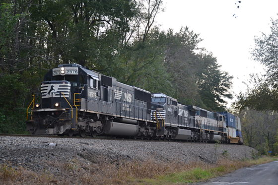 Norfolk Southern train 228 is led by NS SD70 #2576, D8-40CW #8463 andPRLX SD70MAC #9559 east through Markham, VA on 10/20/2018.