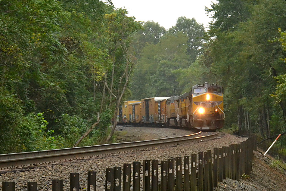 Union Pacific AC44CW #6425 leads NS train 35Q east through Linden, VA on 9/8/2018.
